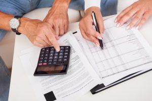זוג מחשב את גובה המס עם מחשבון