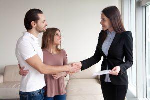 עורכת דין פוגשת דיירים בביתם
