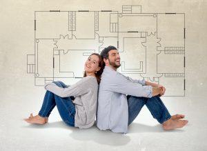 זוג יושב על רקע תרשים דירה